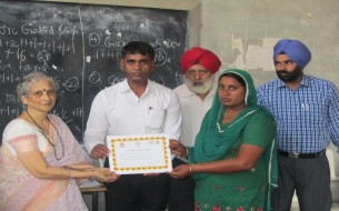 Haryana cook cum helper being presented with a certificate for being a part of training programme